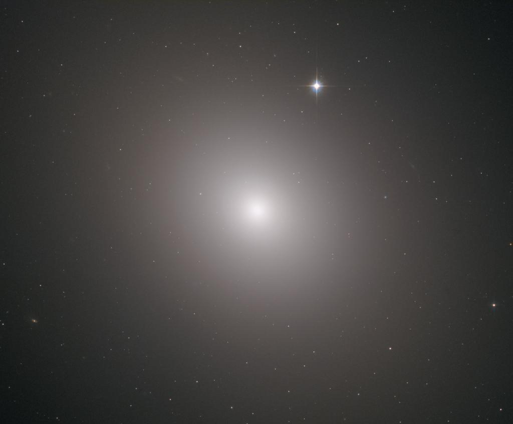#HubbleFriday At a distance of 56 million light-years and measuring 157,000 light-years across, M49 was the first member of the Virgo Cluster of galaxies to be discovered, and it is more luminous than any other galaxy at its distance or nearer: https://go.nasa.gov/2FsRINc