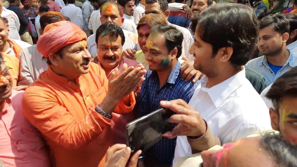 आज होली मिलन समारोह का आयोजन दिल्ली प्रदेश भाजपा के प्रदेश अध्यक्ष सह संसद Manoj Tiwari 'Mridul' जी के आवास पे रखा गया था जिसमे मैअपने साथियों के साथ भी सम्मिलित हुआ और भाजपा के राष्ट्रीय उपाध्यक्ष श्याम जाजू,केंद्रीय मंत्री विजय गोयल जी के आवास पर जाकर होली की बधाई दिया!!