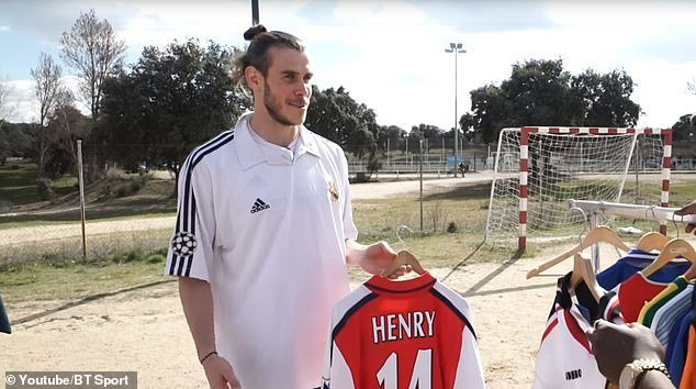 What do we have here, @GarethBale11? #afc #arsenal<br>http://pic.twitter.com/n8MY6SoFbh