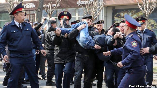 Митинг в Алма-Ате против переименования Астаны в Нурсултан
