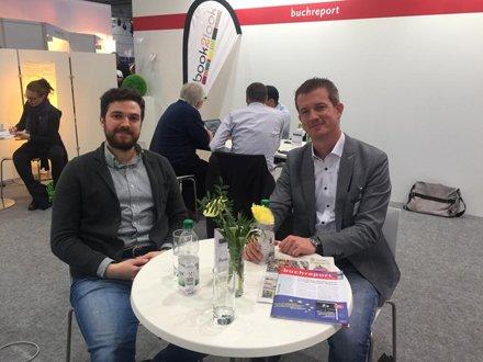 Die Köpfe hinter den #SPIEGEL-#Bestsellerlisten: Deniz Ulucan , zuständig für Buch-Marktforschung bei @_mediacontrol, und Christoph Ostermann, Verlagsleiter von Harenberg Kommunikation, tauschen sich in #Leipzig aus. #lbm19 #buchmesse