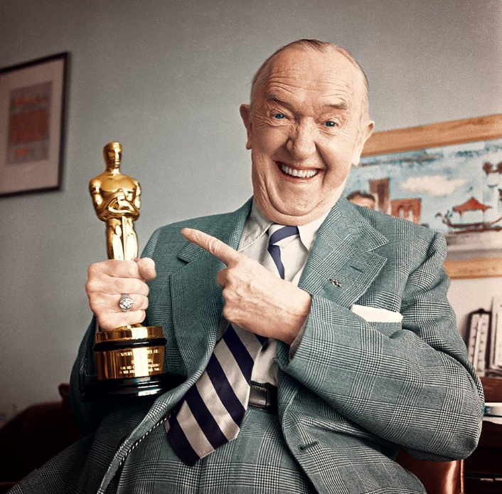 Stan Laurel with his Oscar for his creative pioneering in the field of cinema comedy. 33rd Academy Awards® in 1961. #LaurelAndHardy #StanAndOllie<br>http://pic.twitter.com/H4vRXcDJSe