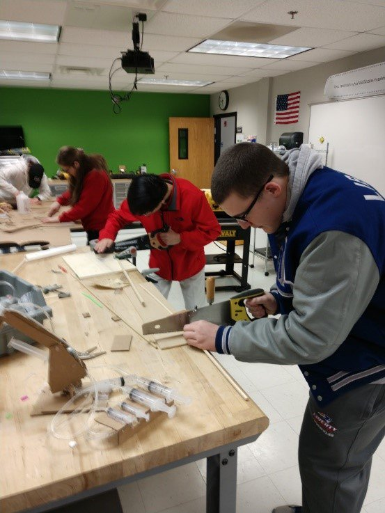 Junior biomed and engineering students are working on a joint project designing a prosthetic hand for a hypothetical patient. The biomed students presented the problem to the engineering students and are giving feedback on the designs and prototypes. #OlentangySTEM