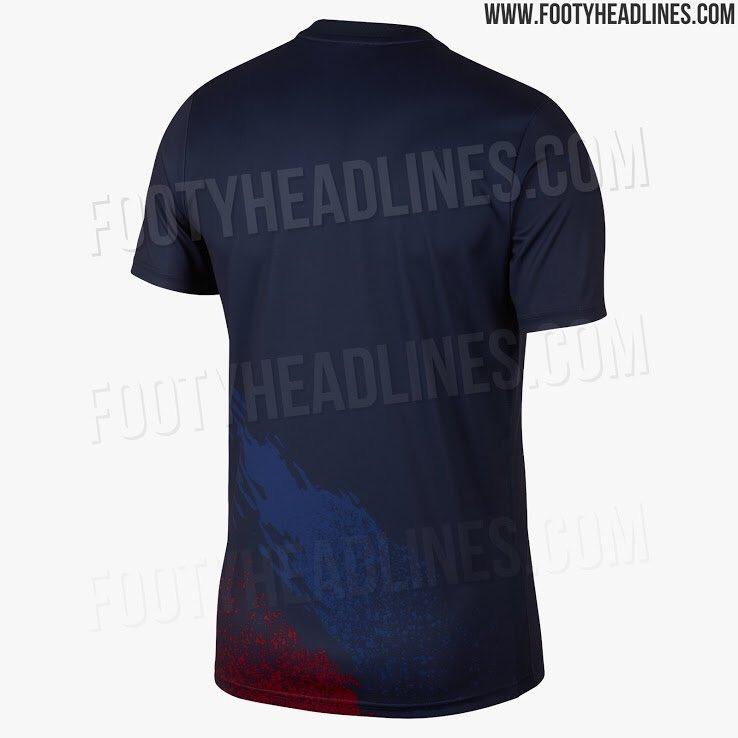 - قميص برشلونة في عمليات الاحماء للموسم المقبل ..