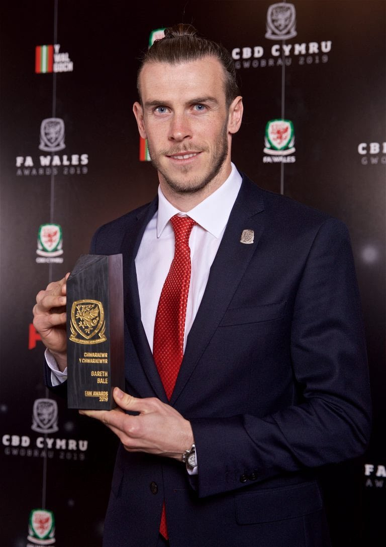 Huge honour for me to win the FAW Players' Player of the Year Award last night. 🏴󠁧󠁢󠁷󠁬󠁳󠁿 #FAWAwards2019