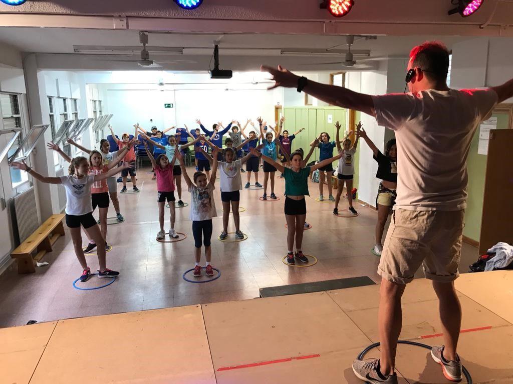 ¡Estas #clases de #EducaciónFísica son muy divertidas! Los chicos crean su propia coreografía y desarrollan la #coordinaciónmotora y la lateralidad. #Ejercicio #Educación https://www.educaciontrespuntocero.com/experiencias/arobic-educacion-fisica/101884.html…