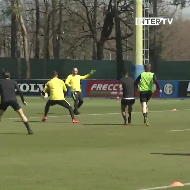 🤔 | Siapa yang menyentuh bola terakhir? @DanielePadelli atau @TommyBCM? 🧐  Mungkin kita perlu VAR... 📺😆