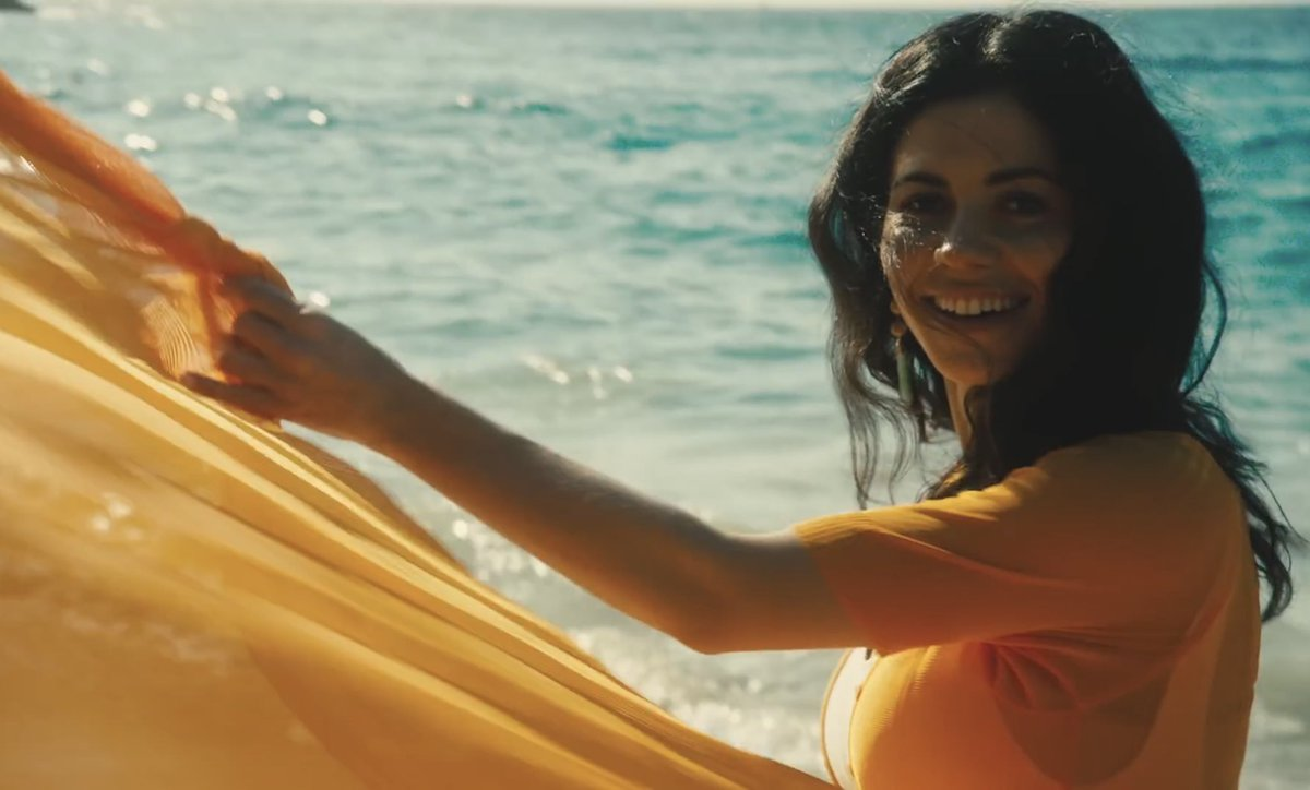 just looking at the orange trees music video makes me want to book a spontaneous holiday and drink lots &amp; lots of cocktails. @MarinaDiamandis <br>http://pic.twitter.com/ListOmuZZj