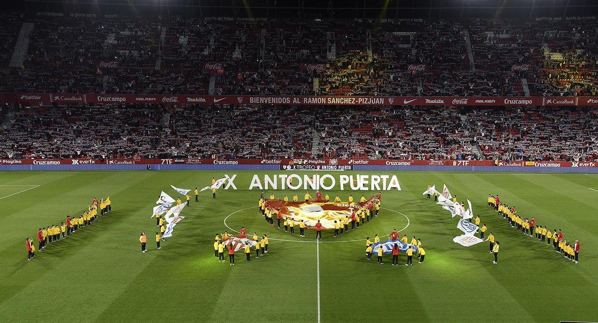 Respetuosísimo minuto de silencio el que se vivió justo antes del arranque del partido en honor a #AntonioPuerta. El #SevillaFC quiere hacerlo además extensible a la memoria de la leyenda del @RealBetis Rogelio Sosa.  #SFCS04 #vamosmiSevilla