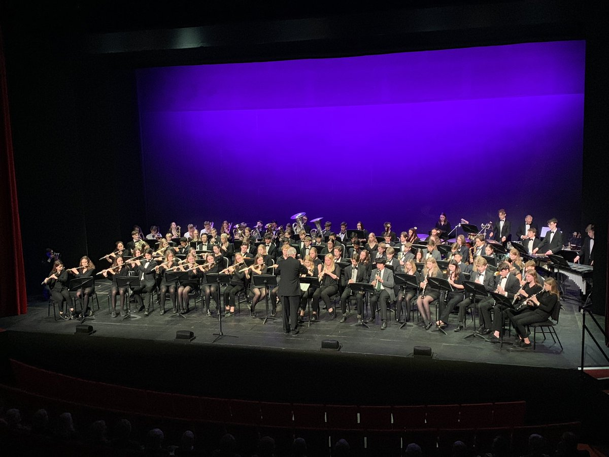 The concert band raising the roof in the #annenberg raising money for #Crowthorne #minibus excellent #musiceducation <br>http://pic.twitter.com/mIU6FQKZ4Y
