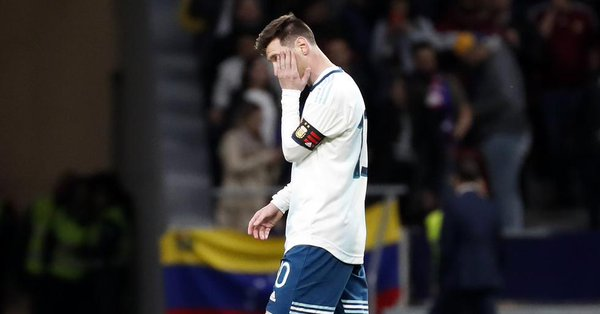 Messi felt pain in the lowest part of his abdomen and pelvis during the game against Venezuela and will be coming back to Barcelona early. [md] <br>http://pic.twitter.com/UYWBdYdsGT