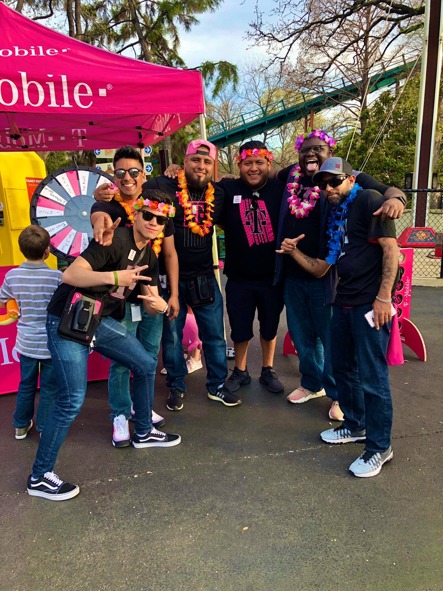 It's #Friyay and you know the #MagentaMavericks are all about #SeriousFun! Issa vibe! #SixFlagsOverTX <br>http://pic.twitter.com/7ARVSi9ryb &ndash; à Aquaman Splashdown