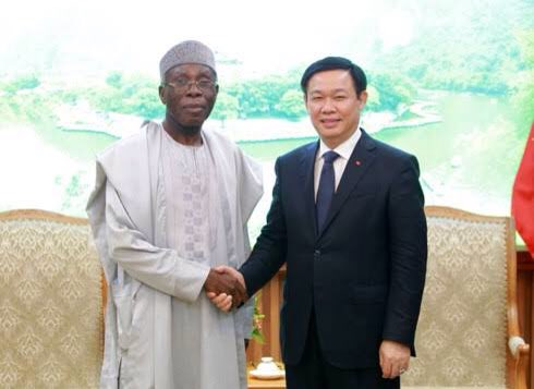 In 2011 Nigeria made just N11billion in Cashew sales, but Mr Ogbeh made some deals in Vietnam and our farmers earned N144 billion in 2017 for the country. With this  factory in Kwara opened by Osinbajo,and further investments in processed cashew, we can earn $1billion yearly. <br>http://pic.twitter.com/8k1Ie2ihm7