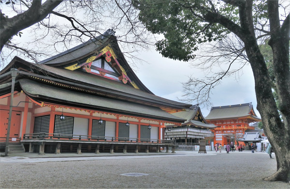 Yasaka Shrine is founded over 1350 years ago and one of the most famous shrines in Kyoto.  It&#39;s between Gion District and Higashiyama District, and is often visited by tourists walking between them. The last pic is the lunch I had at a Kyoto cuisine restaurant near the shrine. <br>http://pic.twitter.com/qfAh4T2tDN