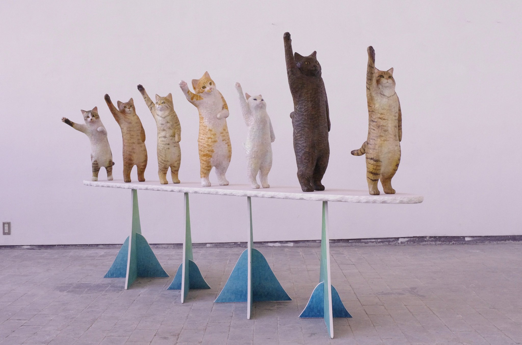 見て楽しむだけじゃなく、面白い体験ができる装置をつくりたい!大学院の修了制作の「high-seven」は、実際に猫とハイタッチできる作品でした。またこういうのつくりたい。