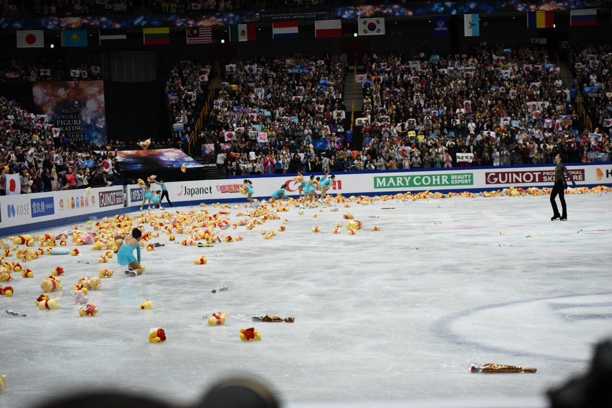 THEY DID IT. THE MAD LADS DID IT. THIS ENTIRE RINK IS FULL OF POOH. #YuzuruHanyu #羽生結弦<br>http://pic.twitter.com/5vUciscpMy