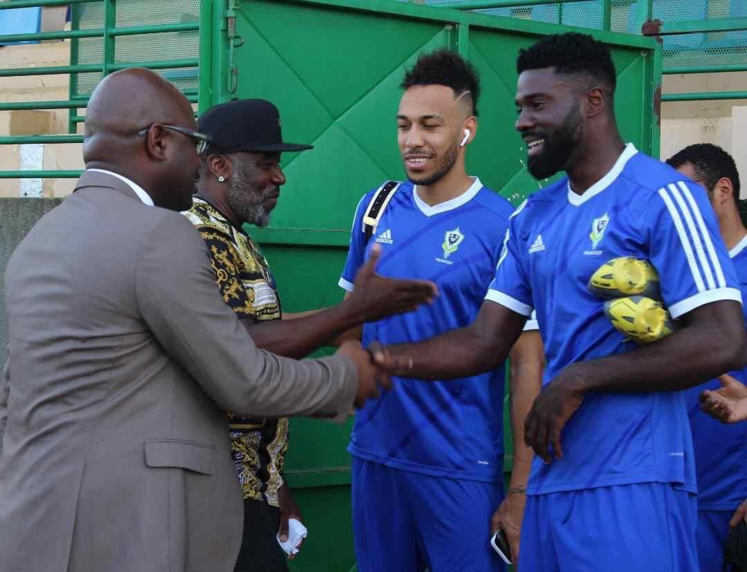Aubameyang standing next to an elite footballer. <br>http://pic.twitter.com/21uGhnmZkw