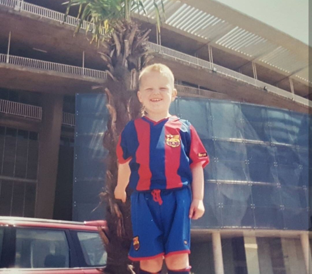 Matthijs de Ligt: In love with Barça and Barcelona. The centre-back, who is wanted by Barça, dreams of playing at the Camp Nou since childhood and he has been to the city on vacation several times. [md] <br>http://pic.twitter.com/isiDKPbuWG