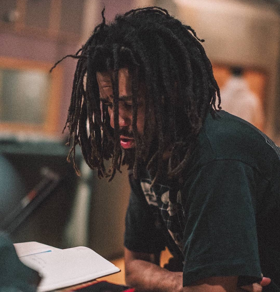 "J. Cole says he's embarrassed by all of the ""platinum with no features"" memes <br>http://pic.twitter.com/FksKsuKnMS"