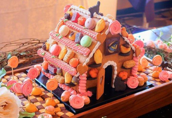 上本町『シェラトン都ホテル大阪トップオブミヤコ』で開催中のファミリースイーツブッフェ、その名も「ヘンゼルとグレーテル」!お花の冠やお花畑、そしてお菓子の家も!シェフのライブコーナーで、作りたても楽しめます。人気なので予約がオススメ~!⇒ #メシコレ
