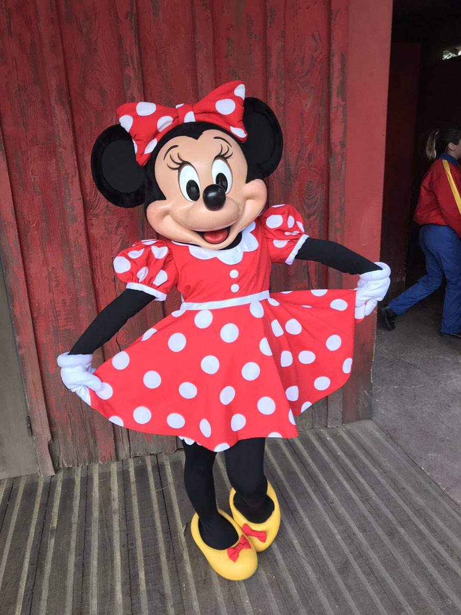 LIVE : Minnie is out now in Frontierland!😉 #DLPLive #DLP #Disney #DisneylandParis
