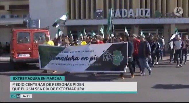 Medio centenar de personas han vuelto a reclamar que se reconozca al 25 de marzo como el Día de Extremadura. La manifestación, este año en #Badajoz, ha recordado ese día de 1936 en el que 70.000 jornaleros ocuparon 3.000 fincas para reivindicar la reforma agraria.   #EXN https://t.co/EHLRONI5fZ