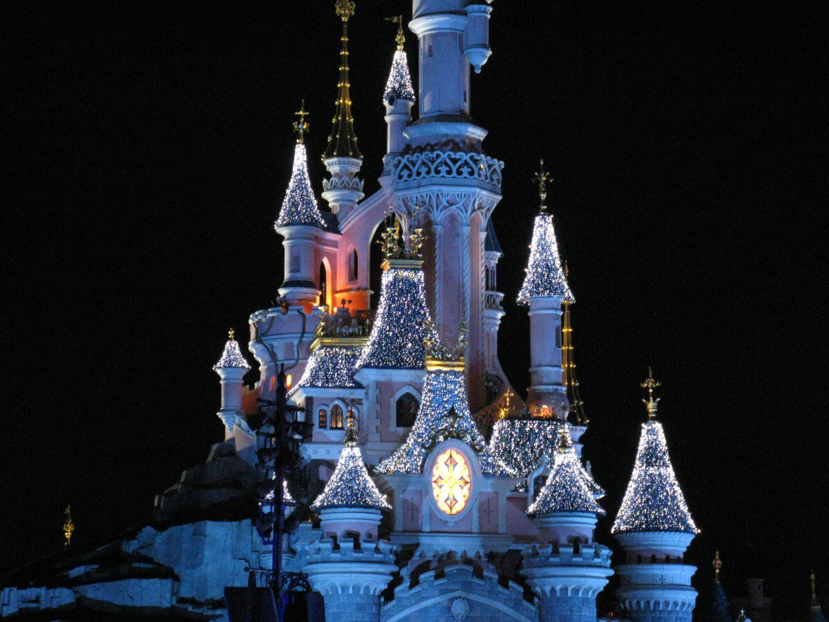 Police National tell me the panic at Disneyland Paris is the result of a false alarm. They believe a loud noise came from a fire cracker / firework and caused alarm. They don't believe anyone has been injured. #DisneylandParis #Disneyland