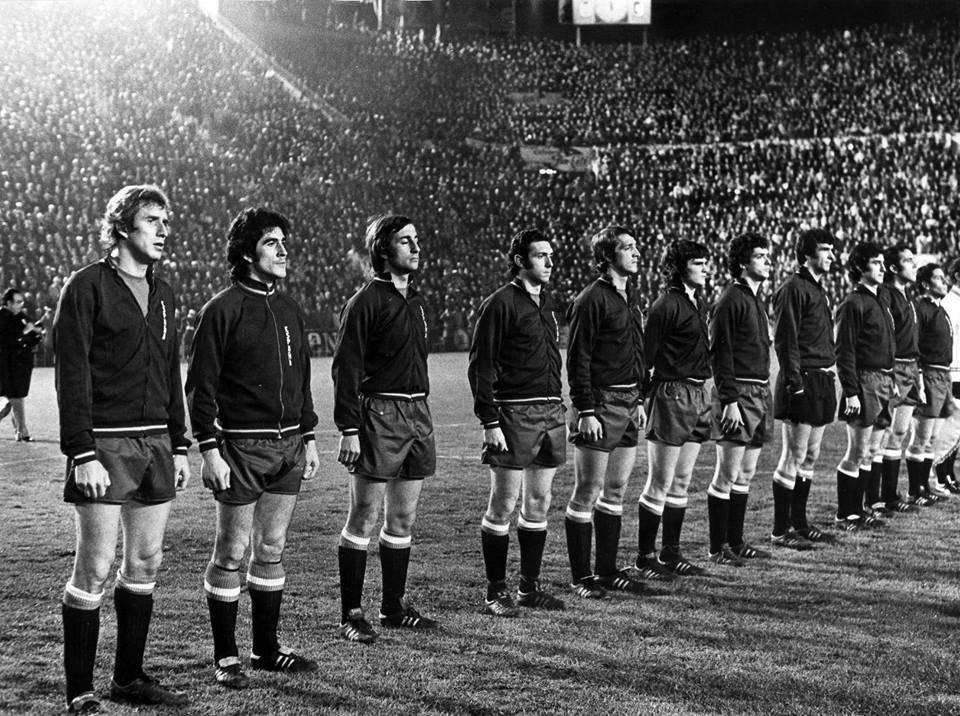 FOTOS HISTORICAS O CHULAS  DE FUTBOL - Página 7 D2XoktBWoAEjy3p