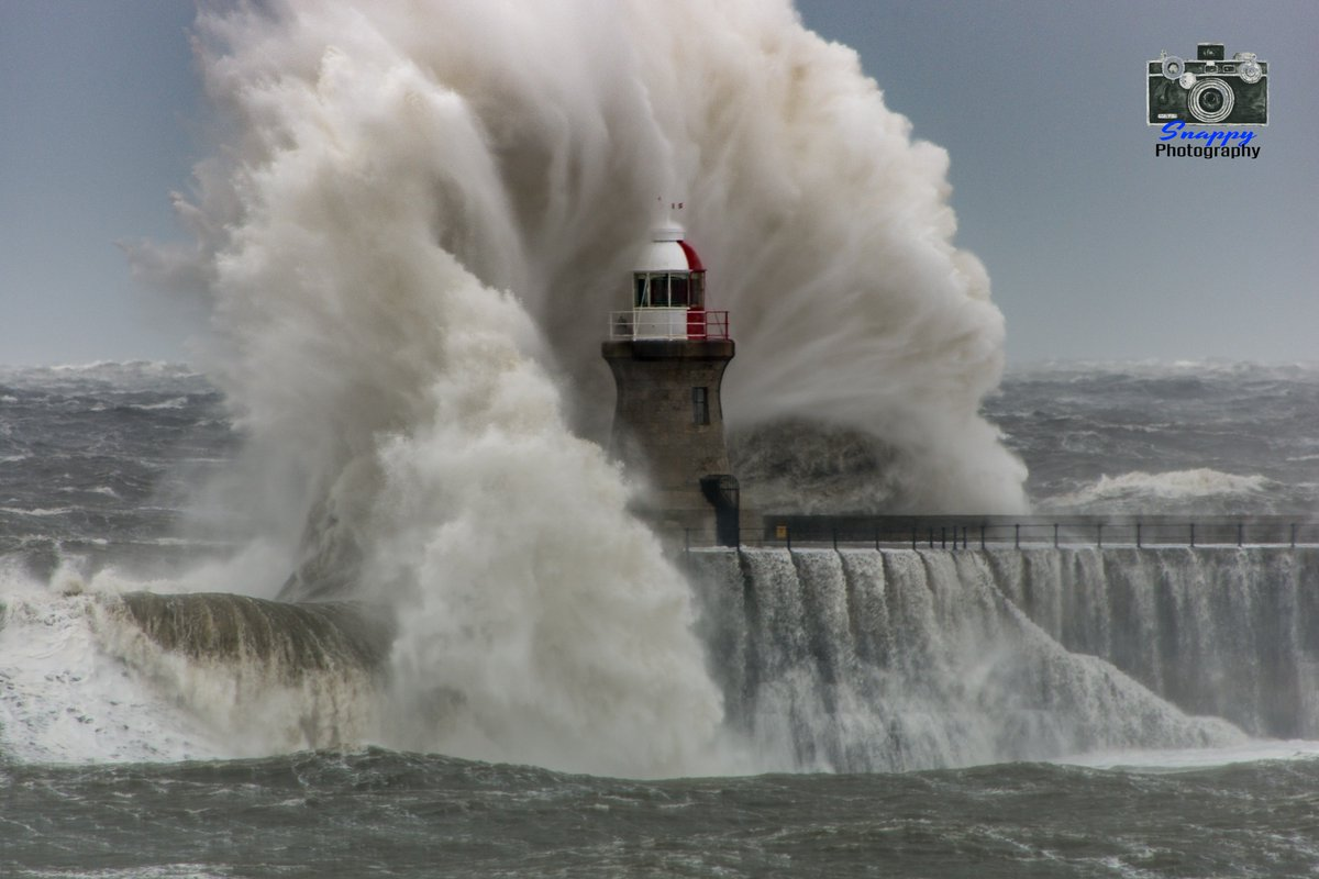 River Tyne South Pier Lighthouse engulfed by wave #StormHour #POTW