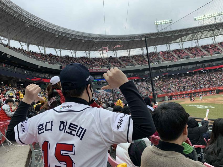 kwizone with his customized honda hitomi doosan bears baseball jersey.  i&#39;m saving up to get one with nako&#39;s name on the back too <br>http://pic.twitter.com/7SMzYA3HmO