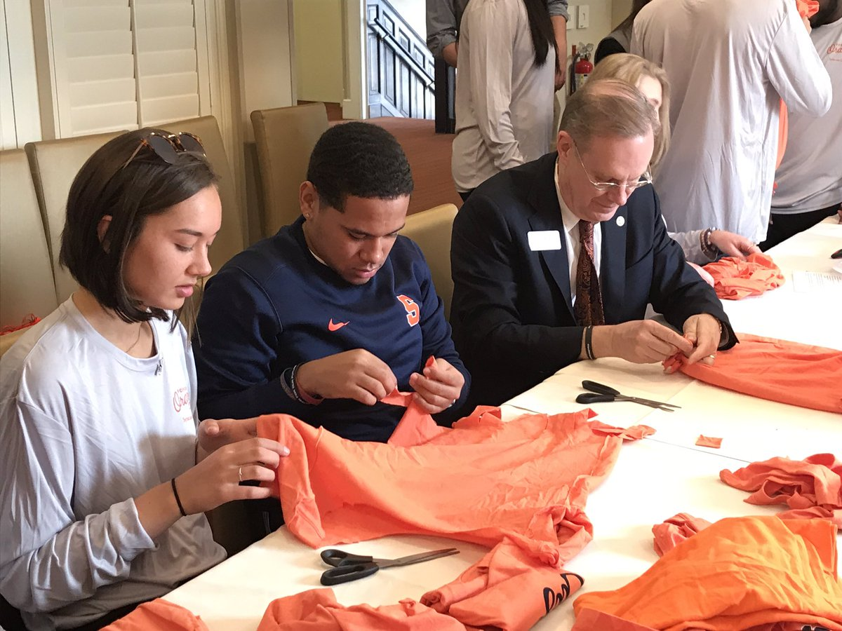 🔸National Orange Day  Service Project🔸  Chancellor Syverud and Dr. Chen are helping students and alumni prepare supplies for the food pantry at @hendrickschapel. We're celebrating @SyracuseU's 149th Birthday and highlighting what it means to #BeOrange. 🍊