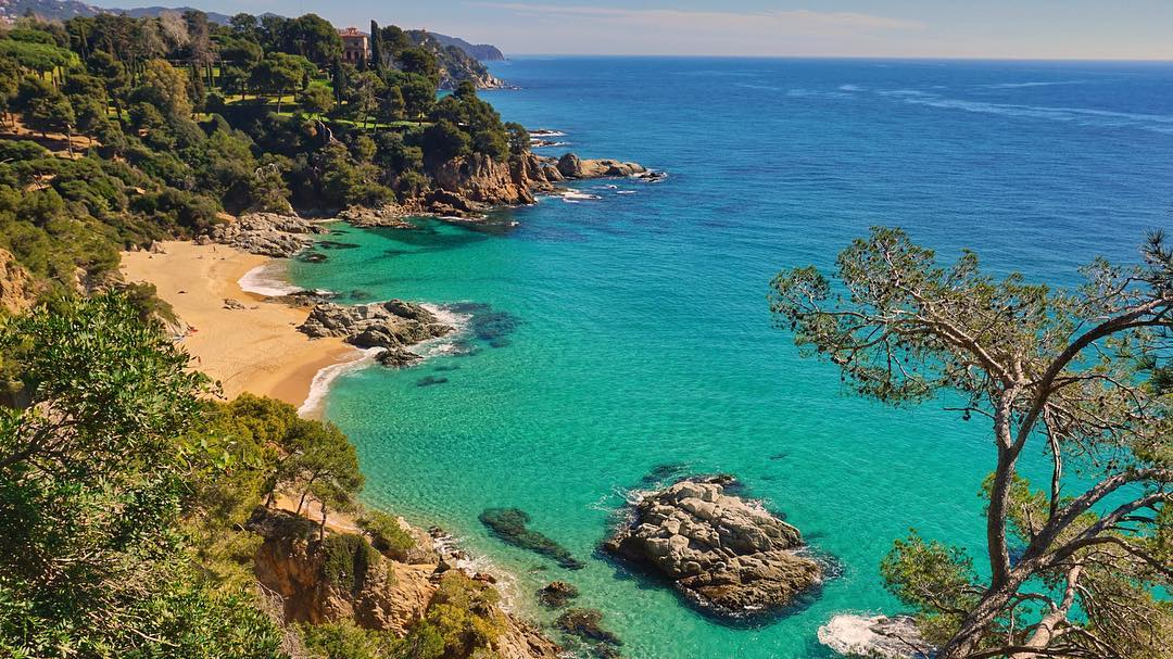 Cool air, sun and beach: a great way to say #GoodMorning from Lloret on the #CostaBrava. 😍 @lloretturisme