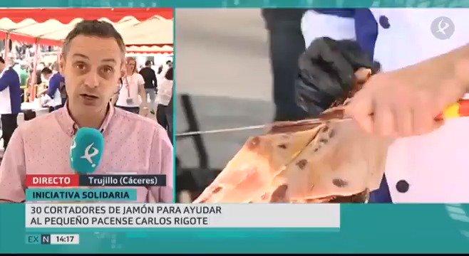 #Trujillo rinde tributo a nuestro producto estrella, el jamón. Una treintena de cortadores sirven hoy hasta 2.000 raciones con un fin solidario. Destinan lo recaudado a la compra de un vehículo adaptado para la familia de un pequeño pacense que sufre varias enfermedades.   #EXN https://t.co/599yICMTRQ