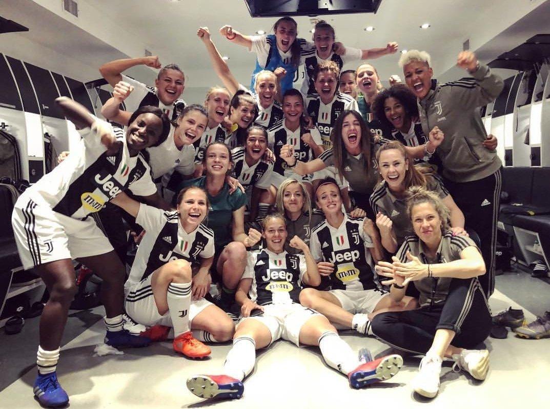 Questa foto, inimmaginabile fino a due anni fa, sintetizza il grande ORGOGLIO provato quest'oggi nel vedere fino a che punto la società #Juve stia contribuendo ad aprire una breccia verso il futuro! 👏 BRA-VE! ⚪⚫ #JuventusWomen #JuveFiorentina