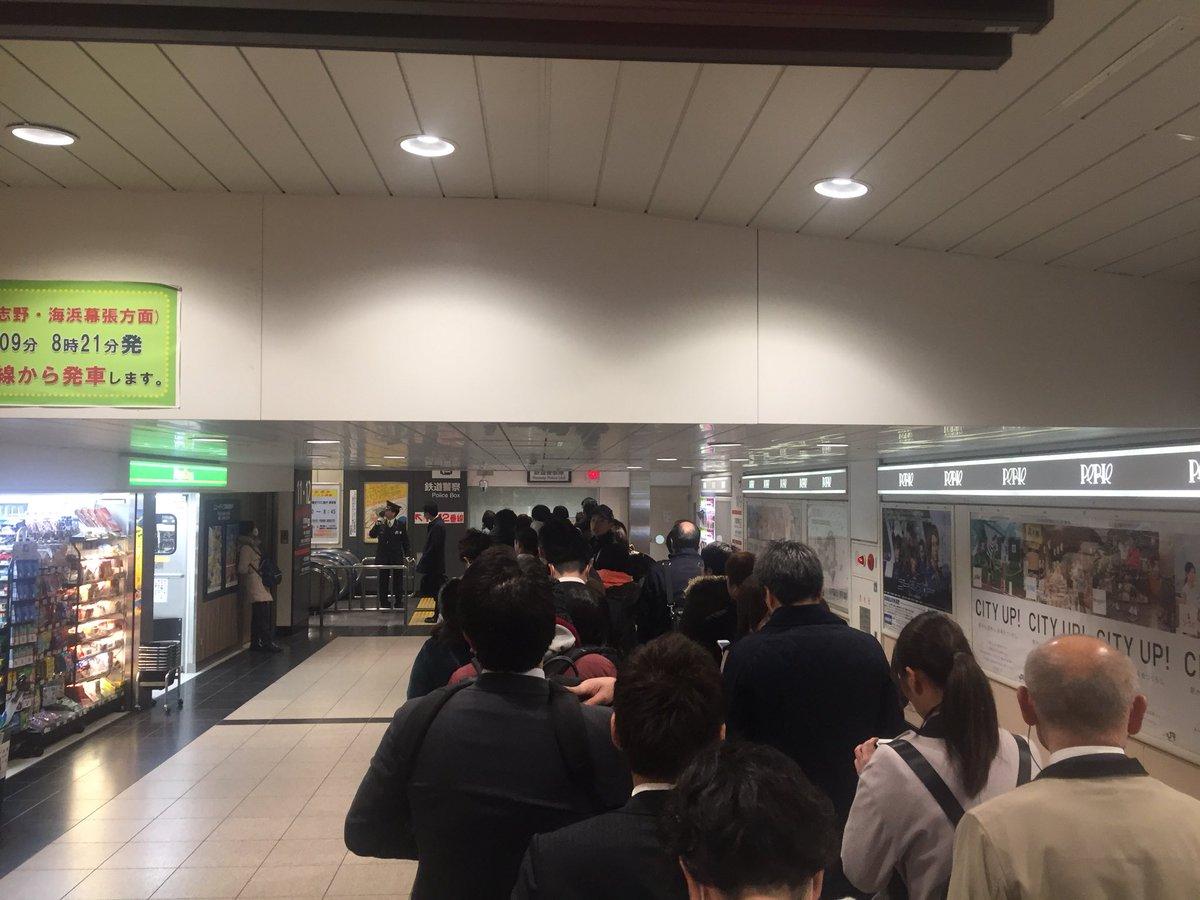 東陽町駅の人身事故で駅が混雑している画像