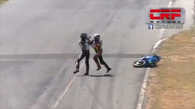 A fight breaks out during a motorcycle race in Costa Rica https://t.co/of3undCyUD