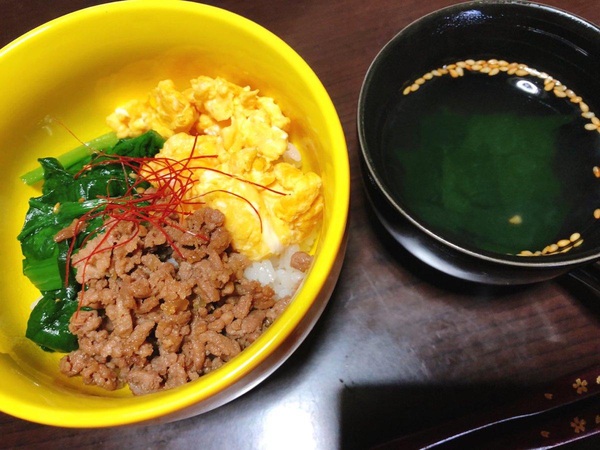 今日の簡単お昼ご飯🥄💕 3色丼とわかめスープ\( ´ω` )/✨ みんなお仕事終わったかなー?👀 週始めお疲れ様でした❤️ #るな飯 #おうちごはん