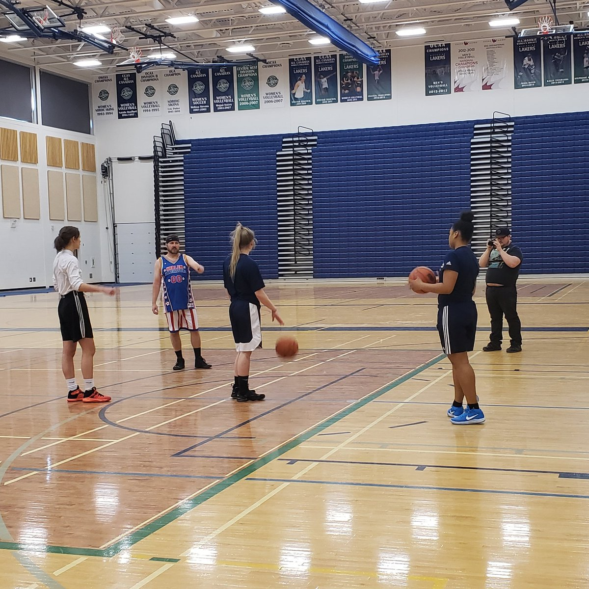 Great to have Kevin from KISS 100.5 in to get some bball lessons before his big debut with the Globetrotters! #golakers #ourway