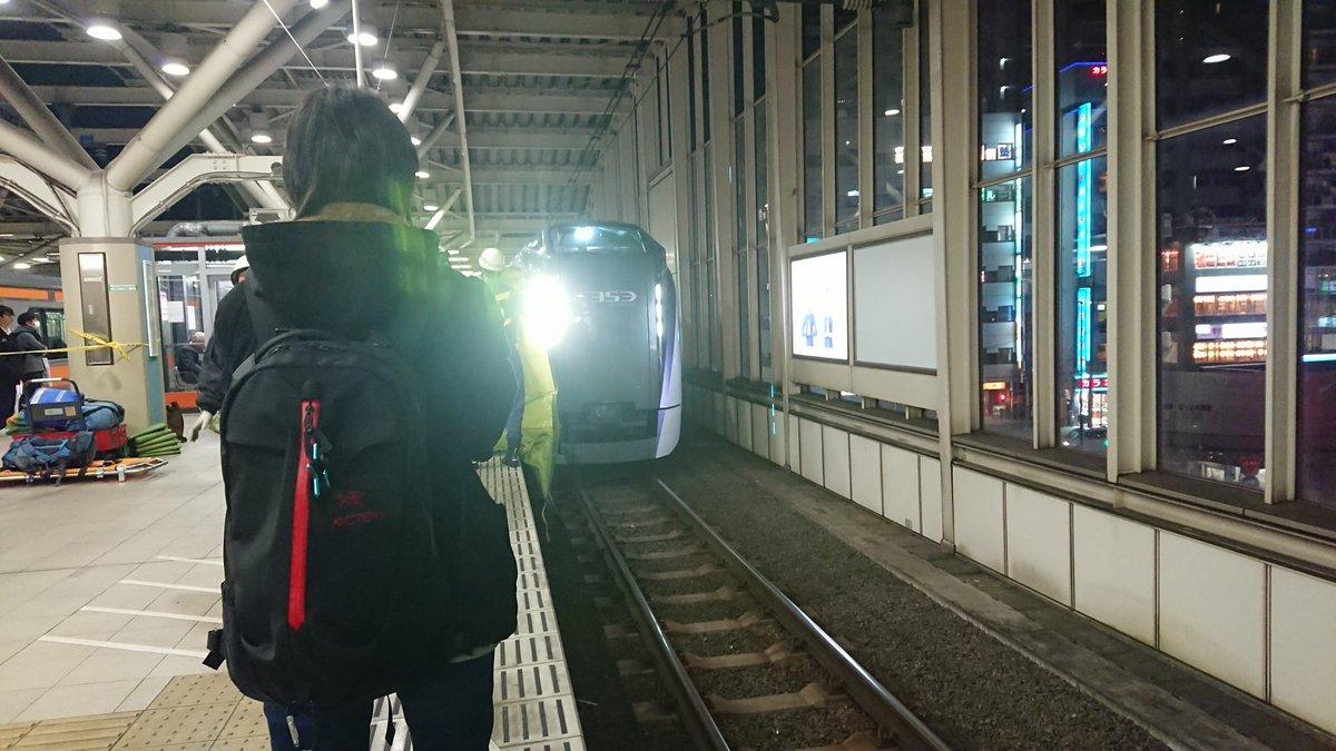 武蔵小金井駅で人身事故が起き救護活動している画像