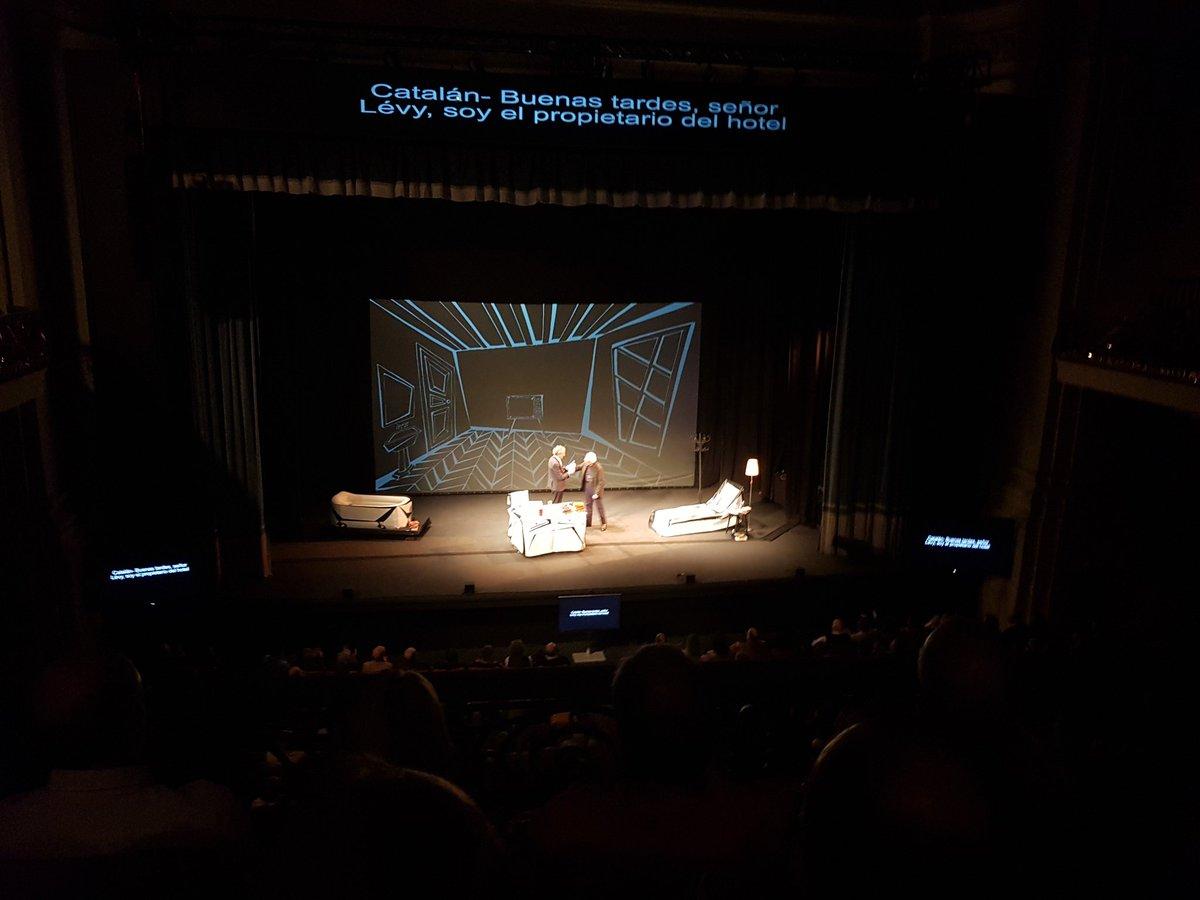 ¡Aparece en el escenario @BoadellaAlbert! Enorme aplauso a este gran dramaturgo. 👏