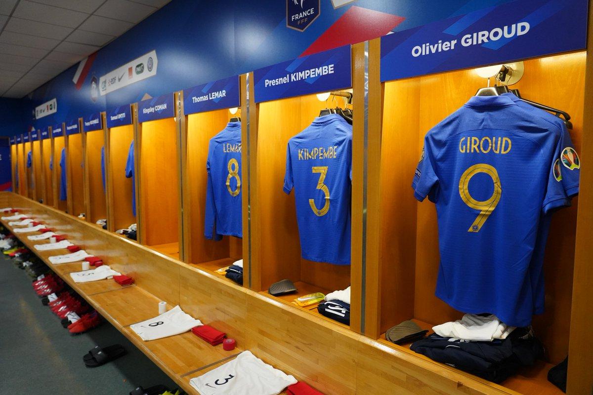 Les maillots du centenaire de la @FFF attendent les Bleus dans le vestiaire du Stade de France ! #FiersdetreBleus   #FRAISL 🇫🇷🇮🇸 ⏰ 20H45 📺 @M6