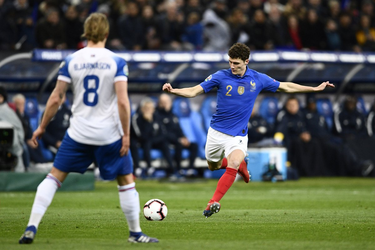41', @BenPavard28 hits a rocket of a shot from outside the box - not unlike THAT goal we all remember - which flies just over the bar! 🚀  #FiersdetreBleus #EURO2020 #FRAISL