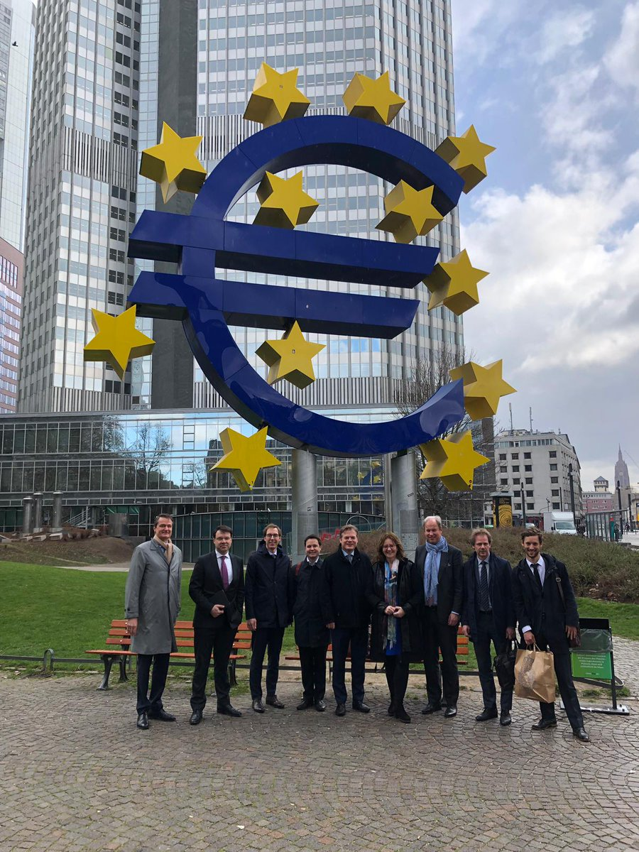 Kamerleden @a_mulder,  @aukjedevries,  @RoaldLinde, @PieterOmtzigt, @Sneller, @bartsnels en @MvRooijen (commissie Financiën) brachten 25 maart een werkbezoek aan de @ecb in Frankfurt.Het bezoek ging o.a. over langetermijngevolgen monetair beleid en toekomst pensioenen.