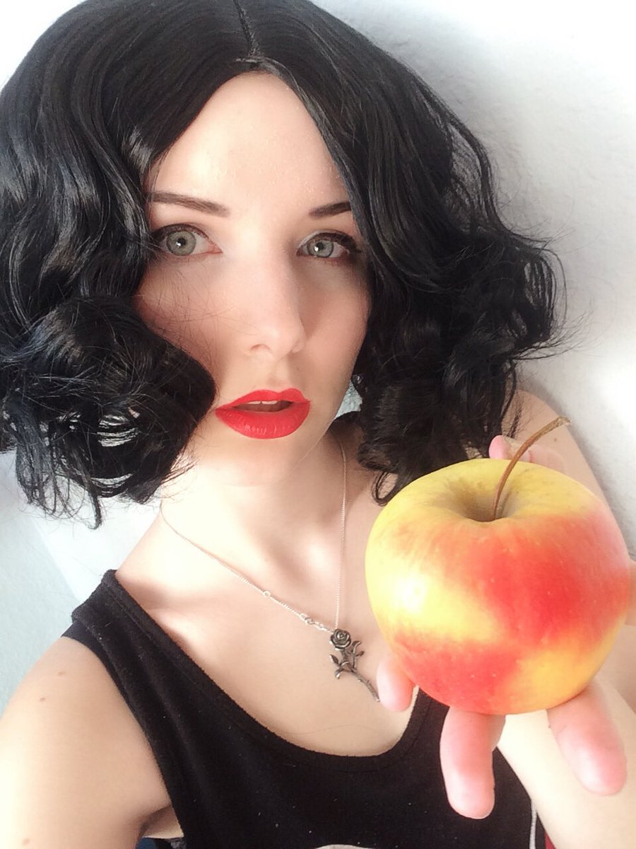 Snow White  One bite and all your dreams will  come true...   Good evening  And again my fav princess   Did u ever cosplay one of the princesses? #snowwhite #snowwhitecosplay #cosplay #germancosplay #germancosplaygirl #disney #disneycosplay #disneyprincesspic.twitter.com/bTox0Gi7Zs