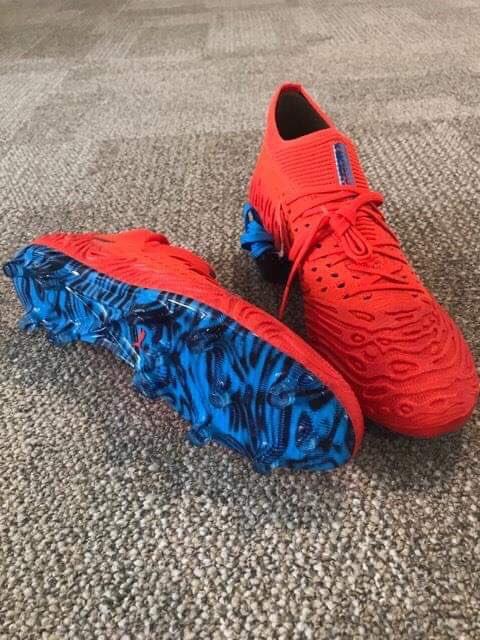 🎁ALERTE CADEAU !🎁  Victoire de la 🇫🇷 = cadeau !  On vous offre les chaussures FUTURE 19.1 @pumafootball d'Antoine Griezmann 😍  Pour le gagner, 2 étapes :  1️⃣. Retweeter ce tweet 2️⃣. Follow @lequipedestelle  Bonne chance et allez les Bleus ! 🎁 #EDE #newlevels  @lachainelequipe https://t.co/1INeiVBxaB
