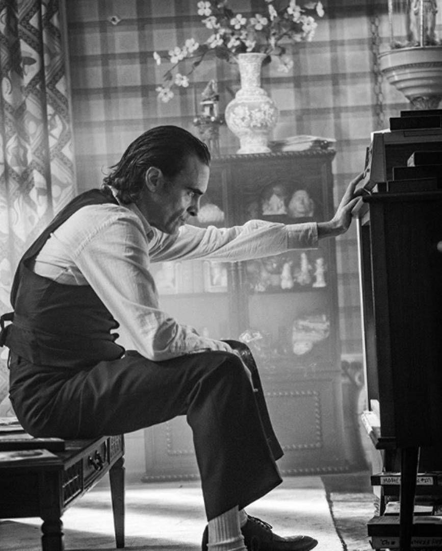 #PorSiTeLoPerdiste… Te presentamos una nueva imagen de #Joker protagonizada por Joaquin Phoenix. ¿Qué es lo que más esperas de la película?