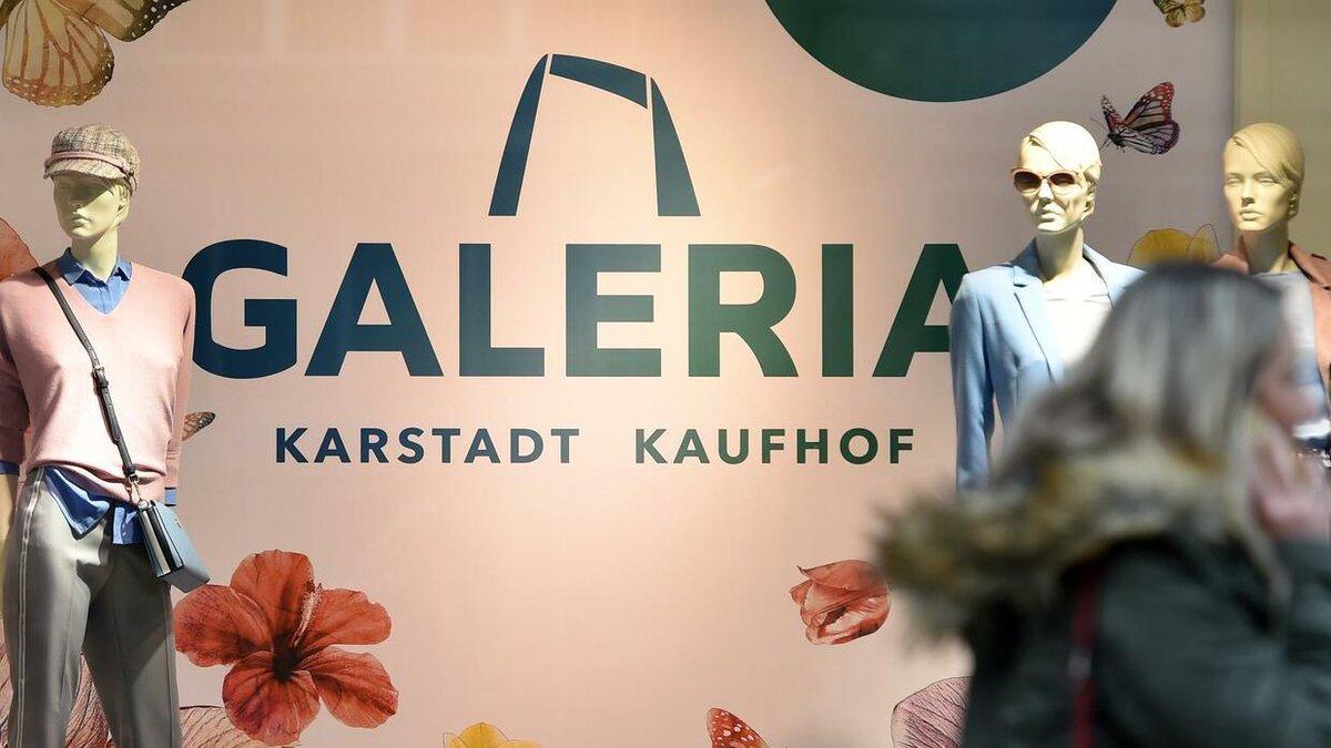 835a8a1477b05 wahrend der neuentstandene warenhausriese galeria karstadt kaufhof seine  neue marke in den schaufenstern platziert mussen viele