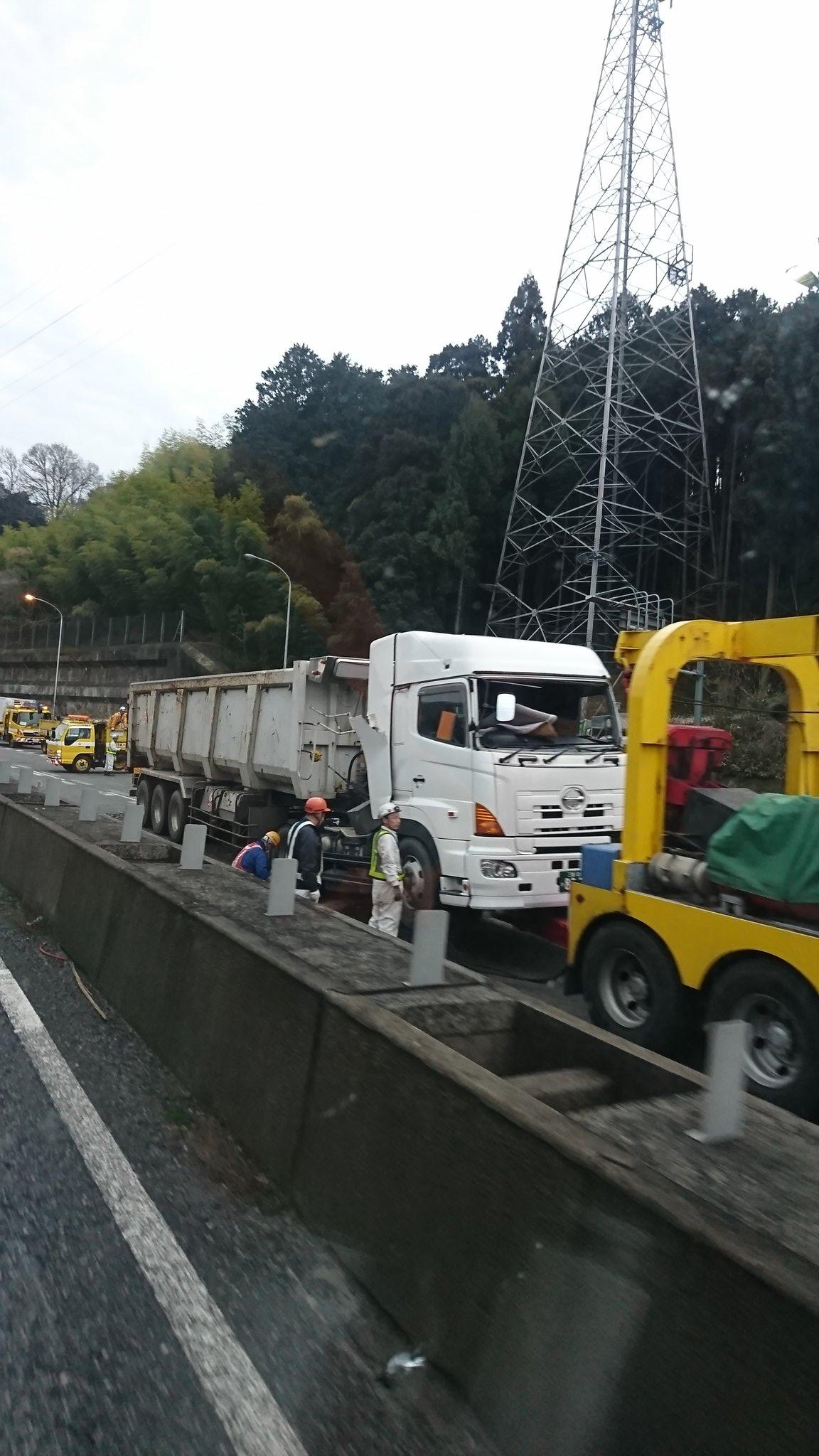 画像,名阪国道下り、土砂ぶちまけて通行止w https://t.co/6F7qTbH5HN。
