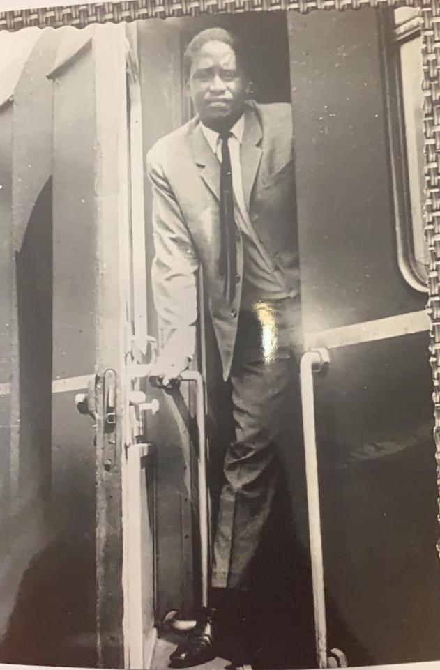 D2uDorRWwAEgb9k - Rao back in the day!Hon Raila's Germany TBT photo gets Kenyans talking