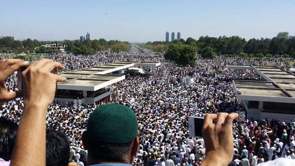 صور: إمام الحرم المكي الشيخ عبدالله الجهني يؤم 50 ألف مُصَلٍّ في صلاة الجمعة بجامع الملك فيصل في #باكستان.
